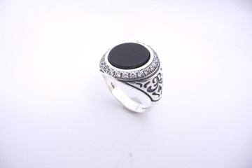 Picture of טבעת כסף משובצת אוניקס בשילוב זירקונים ועיטורים בצדדים |