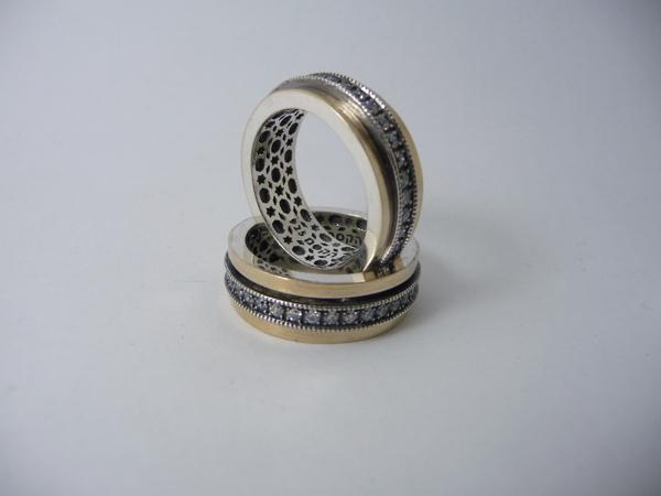 Picture of טבעת מסתובבת כסף בשילוב זהב עם פס שיבוץ זירקונים שחורים |